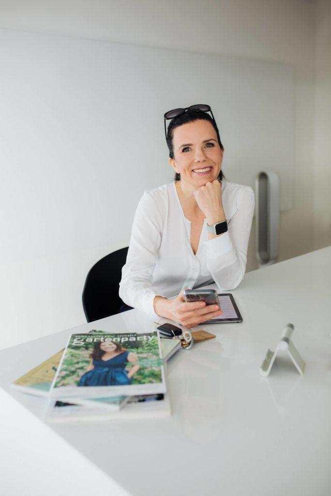 Tanja Grallert im Office sitzt im Besprechungsraum